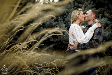 Un couple partage un baiser au centre-ville de Denver, CO