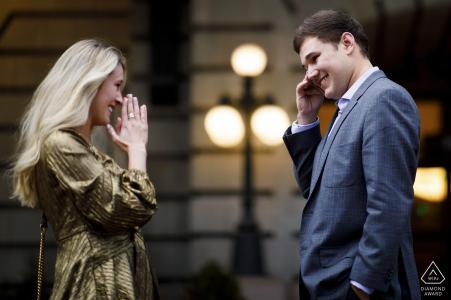 Le futur marié essuie une larme après avoir proposé à sa femme à la gare Union de Denver