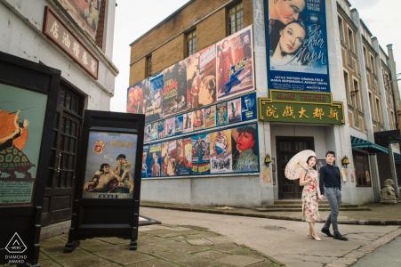 La pareja salió de una sala de cine durante una sesión previa a la boda en Shanghai, China