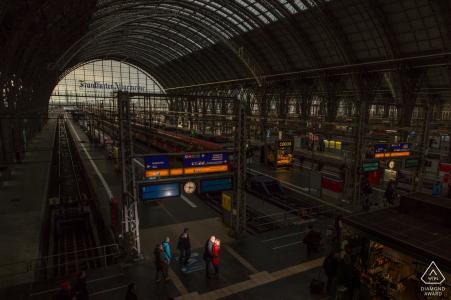 Francfort éclairé portrait de la gare avec un couple engagé