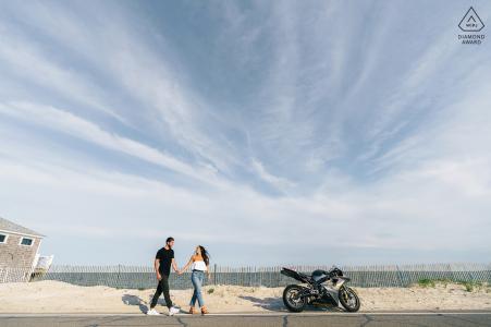 Falmouth Beach couple portrait montrant que la balade est sur le point de commencer avec sa moto de course
