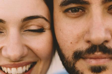 Athènes, Grèce, les visages d'un couple se bouchent pendant une séance de portrait pour des photos de fiançailles