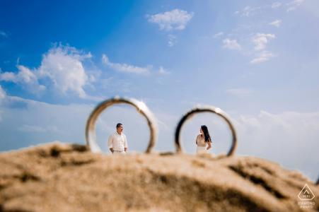 Portrait de pré mariage avec bagues de fiançailles et les sables de Da Nang
