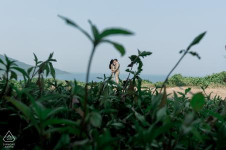 Un couple de la ville de Da Nang prévoit de s'accrocher à cet amour de leur séance de fiançailles sur la plage de portraits