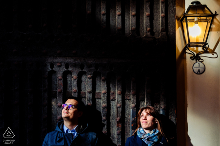 Les ombres et les lumières rendent ce portrait de fiançailles intéressant à Bologne, en Italie