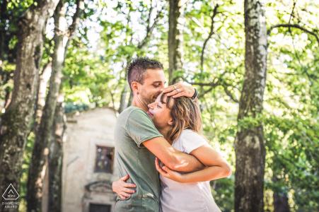 Sesión de fotografía de compromiso en el bosque con un fuerte abrazo en Predappio, Forlì-Cesena, Italia