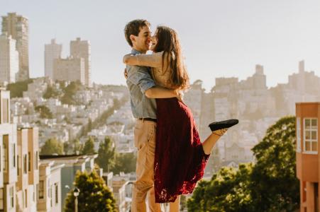 Un couple dansant dans les rues au-dessus de San Francisco, Californie lors d'une séance photo de fiançailles