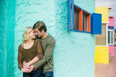 Amor urbano con un colorido fondo de estuco en Capitola Beach, California