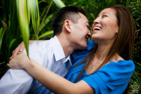 Retrato de pareja de Santana Row, San José, California - Están felices juntos