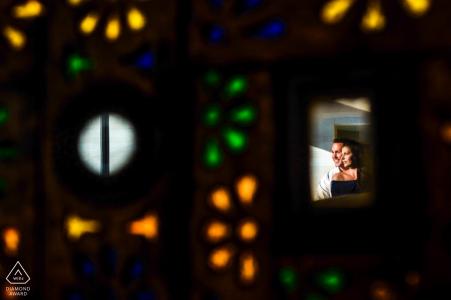 Couple de fiancés encadrés pour un portrait coloré au W Resort à Punta Mita, Nayarit, México