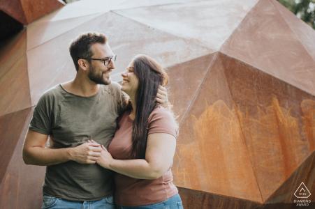 Oberhofenanlage Göppingen Portraits de couples contre des formes géométriques fortes et des tons chauds