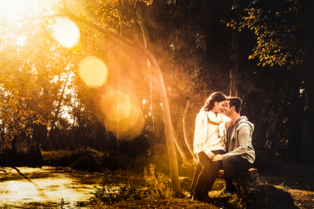 Photographe avant le mariage au Cap-Occidental: Alors que le soleil se couchait à travers les arbres, j'ai vu ce beau soleil traverser les arbres et je voulais l'utiliser pour mettre davantage l'accent sur le couple à la ferme irene