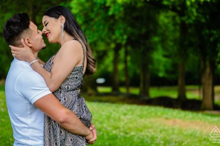 Sosteniendo a su prometido cerca de él en un retrato de compromiso muy romántico en Founder's Park, Farragut, TN