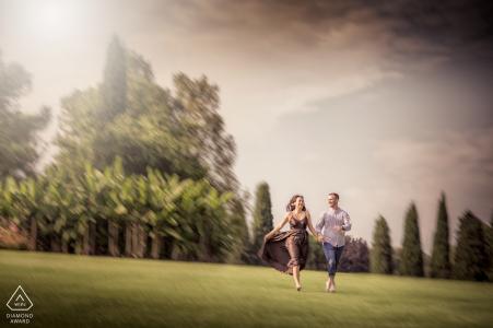 Giardini Sigurtà, Valeggio sul Mincio, Italie couple profite du parc pendant une séance de fiançailles
