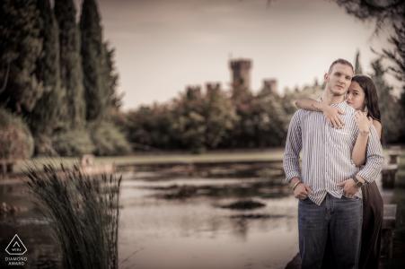 Intenso retrato de la pareja por el agua en Giardini Sigurtà, Valeggio sul Mincio, Italia