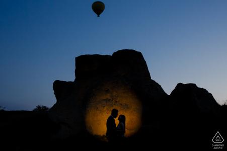 Cappadoce avant le mariage au lever du soleil avec une montgolfière décollant au-dessus