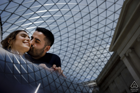 Ein Foto vor der Hochzeit in London im British Museum, UK