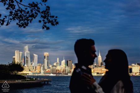 Session de fiançailles Hoboken New Jersey avec New York skyline en arrière-plan