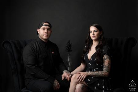 un couple a posé sur des chaises pendant leur séance de fiançailles à Chicago