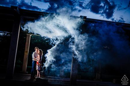 Humboldt Park, Chicago Verlobungsporträts in der Abenddämmerung mit einem Licht, einem Paar und Rauch
