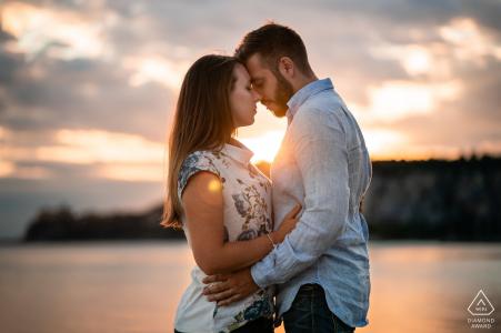 Portopiccolo, Trieste, Italie Session de portrait d'engagement d'amour avec un couple au coucher du soleil