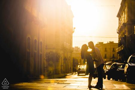 Warmes Sonnenlicht-Verlobungsporträt auf den Straßen von Siracusa