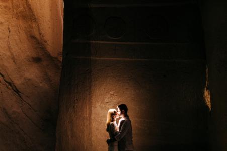 Session de fiançailles en Cappadoce d'un portrait éclairé d'un couple dans une grotte