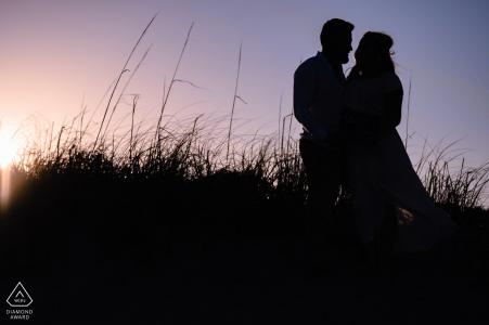 Mount Pleasant Beach, Caroline du Sud Sunset silhouette couple portraits sur les dunes de sable
