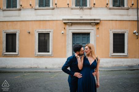 Una pareja de recién comprometidos posando para un retrato en las calles de Trastevere, Roma