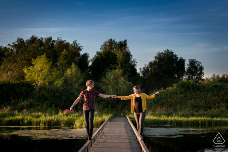 Dintelse Gorzen, pareja de De Heen caminando sobre un puente, ambos en el borde, para que puedan decir que confiamos el uno en el otro
