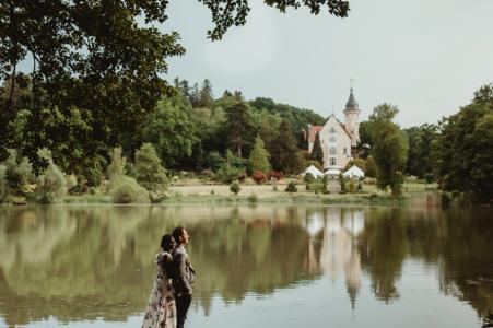Portraits de fiançailles de Pałac Bursztynowy Au bord du lac avec un joli quai et des arbres
