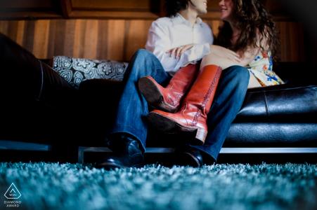 San Francisco Jeans y botas rojas sesión de retrato de romance en el sofá
