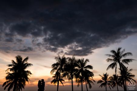Vietnam e-session sur l'île de Phu Quoc pour des portraits au coucher du soleil sous les palmiers