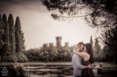 Sesión previa a la boda en el parque del castillo de Giardini Sigurtà, Valeggio sul Mincio, Italia