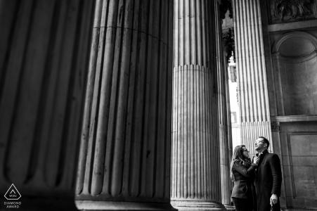 Londres, Royaume-Uni couple posant pour des portraits sous les colonnes de la cathédrale St Paul