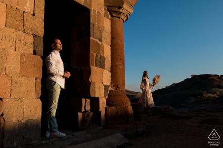 ein kühles Porträt des Paares in der Abendsonne der Ruinen von Ani, Türkei