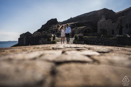Pareja de Crozon, Francia, camina cerca del mar para tomar fotografías