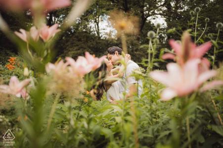 Beso de compromiso en el jardín de Central Park, NYC