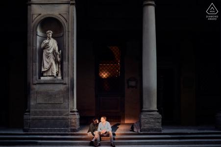 Fotografía de compromiso de pareja de escaleras iluminadas en Florencia, Italia.
