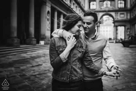 Gehen und Umarmen der Verlobungsfotografie eines Paares in den Uffizien in Florenz