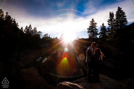 Fotos de compromiso de verano de pareja con llamarada de sol de la tarde en Twin Lakes, CO
