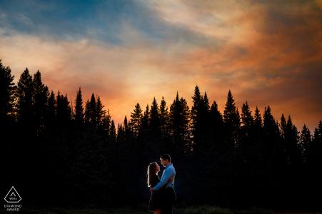 Portraits de fiançailles de couple de ciel de montagne coloré à Vail, CO sous un ciel de brume de fumée