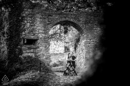 Séance photo de fiançailles d'un couple de pierres anciennes au Château de Ferrette - France