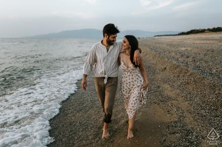 Fotografía de compromiso de pareja caminando por la playa en Pizzo Calabro, Italia