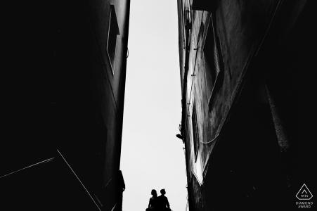 Fotos de compromiso de pareja urbana en blanco y negro en Trapani, Sicilia