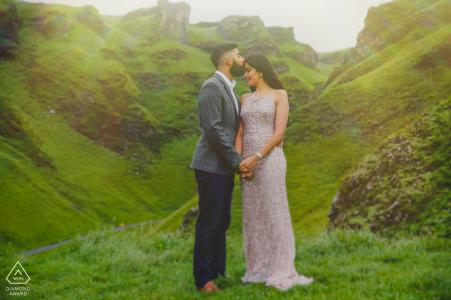 Britische Verlobungsfotografie des üppigen grünen Paares am Winnat's Pass, Peak District