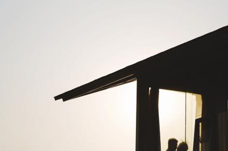 De verlovingsportretten van het silhouetpaar in een hotel in China bij zonsondergang