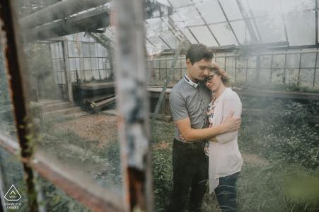 Séance photo de fiançailles couple câlin de serre à Gutenbuchel, Šoštanj, Slovénie