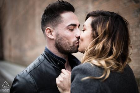 Photos de fiançailles de la ville à Albi, France d'un couple dans un baiser fort dans le vieux centre de la ville lors d'une promenade romantique
