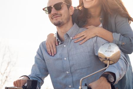 Photographie d'engagement de moto d'un beau jeune couple et leur moto à Albi, France